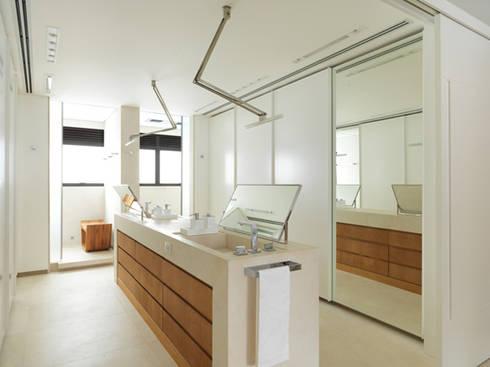 Apartamento VNC 4: Banheiros modernos por Toninho Noronha Arquitetura