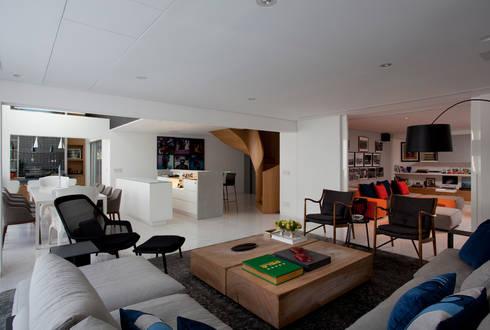 Loft Itaim: Salas de estar modernas por Toninho Noronha Arquitetura