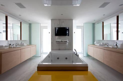 Loft Itaim: Banheiros modernos por Toninho Noronha Arquitetura