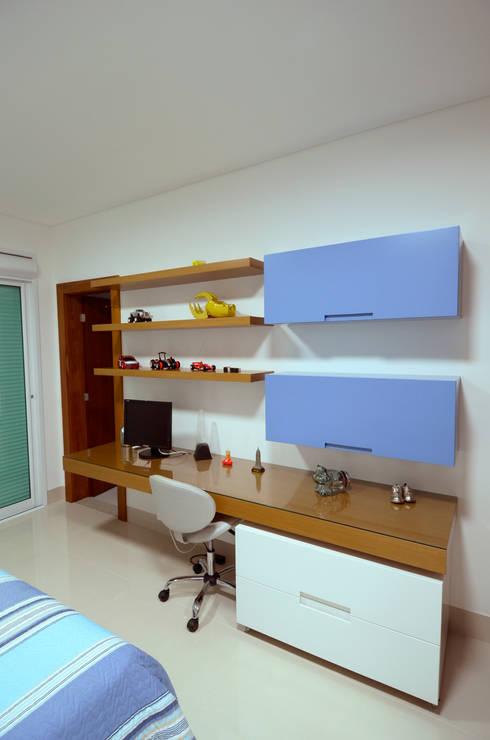 Nursery/kid's room by Cabral Arquitetura Ltda.