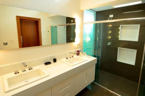 Banheiro do casal: Banheiros modernos por Cabral Arquitetura Ltda.