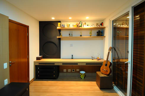 Detalhe bancada do quarto do filho: Quartos  por Cabral Arquitetura Ltda.