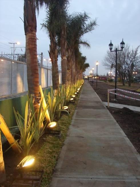 Sendero iluminado: Pasillos y recibidores de estilo  por CubiK