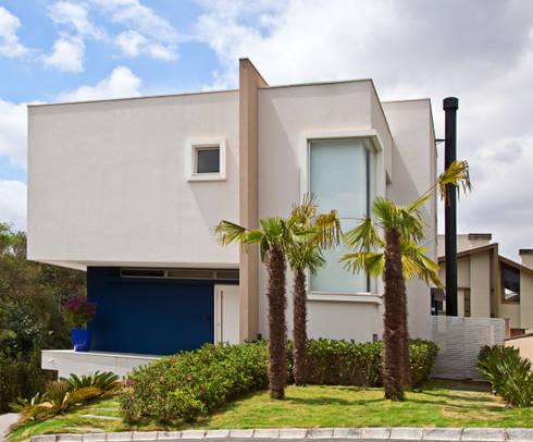 FACHADA PRINCIPAL: Casas modernas por LUIZE ANDREAZZA BUSSI INTERIORES+ CORPORATIVO