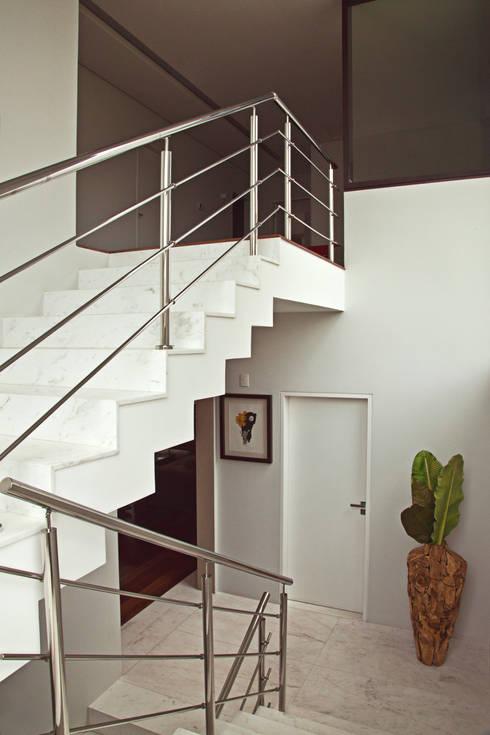 Escada : Corredores e halls de entrada  por LUIZE ANDREAZZA BUSSI INTERIORES+ CORPORATIVO