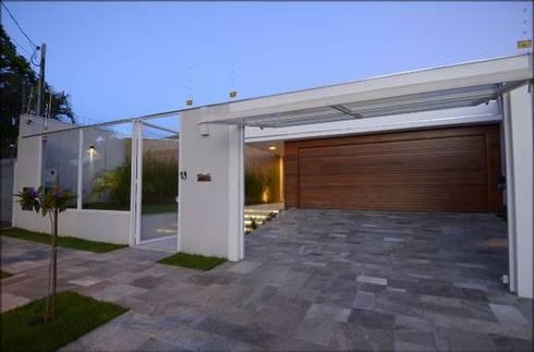 Entrada de veículos: Casas modernas por Cabral Arquitetura Ltda.