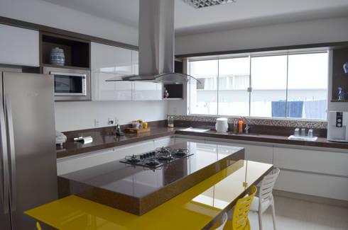 Casa Luciano: Cozinhas modernas por Lanzarq Arquitetura e Urbanismo