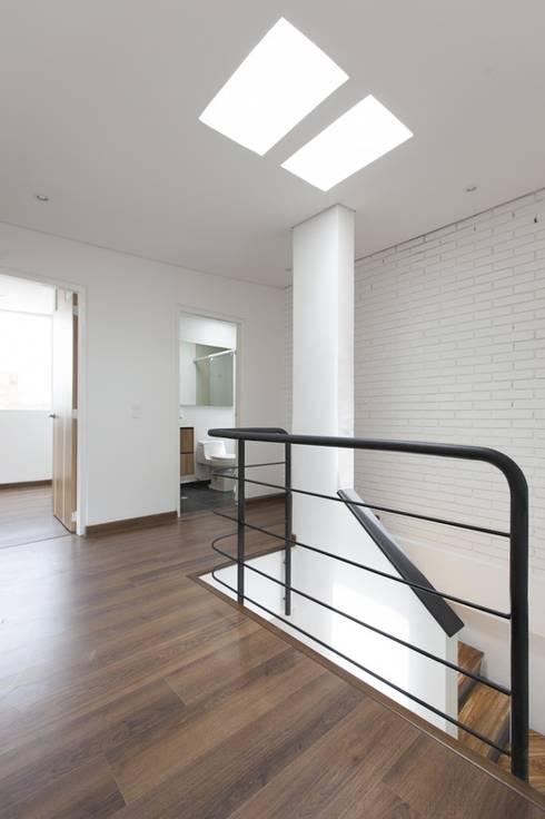 Remodelación de Apartamentos: Pasillos y vestíbulos de estilo  por ODA - Oficina de Diseño y Arquitectura