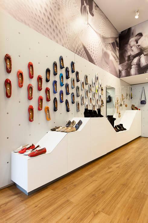 OQ Shoes: Espacios comerciales de estilo  por ODA - Oficina de Diseño y Arquitectura