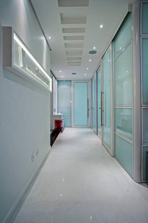 Consultório de Odontologia e Implantodontia : Clínicas  por Patrícia Azoni Arquitetura + Arte & Design