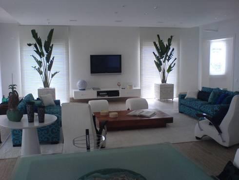Sala de estar  com a luz do dia: Salas de estar modernas por Luciani e Associados Arquitetura