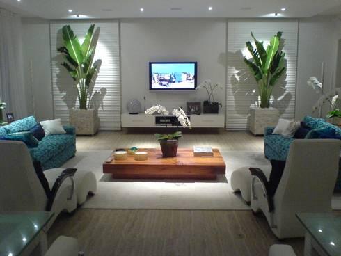 Sala de estar com projeto luminotécnico: Salas de estar modernas por Luciani e Associados Arquitetura