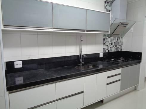 AMBIENTES BY MC3 & LIANE MARTINS: Cozinhas modernas por MC3 Arquitetura . Paisagismo . Interiores