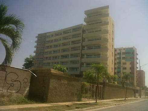 FACHADA PRINCIPAL RESIDENCIA ABISAI SUITES: Casas de estilo moderno por Grupo JOV Arquitectos