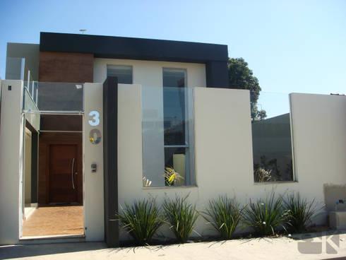 Residencial J&G: Casas modernas por Karla Kétbe Arquitetura & Interiores