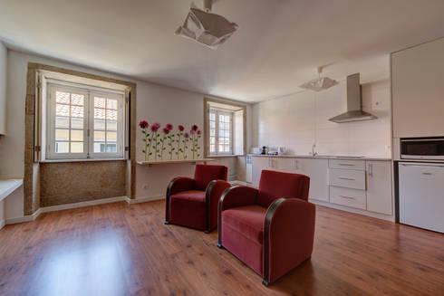 Reabilitação imóvel, Centro Histórico do Porto: Salas de estar modernas por Sandra Couto arquitectura