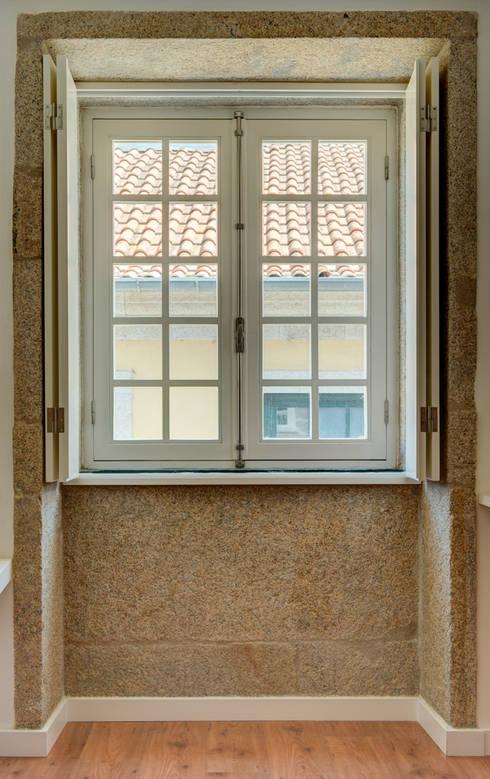 Reabilitação imóvel, Centro Histórico do Porto: Janelas   por Sandra Couto arquitectura