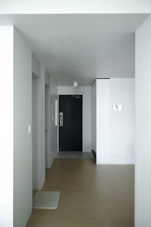 압구정 한양아파트: 샐러드보울 디자인 스튜디오의  거실