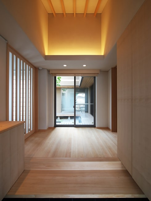 自然の息吹を感じる家: 株式会社蔵持ハウジングが手掛けた廊下 & 玄関です。