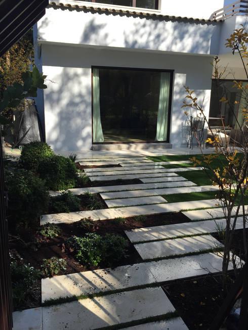 Jardines de estilo  por Irati Paisajismo