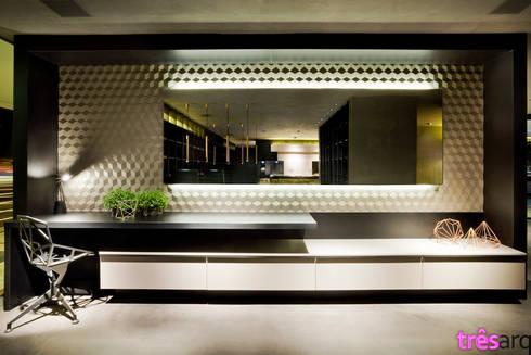 Home Office: Espaços comerciais  por três arquitetura