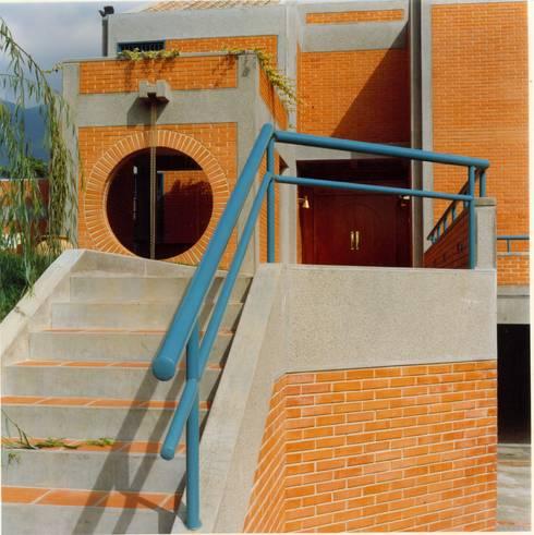 Acceso principal.: Casas de estilo  por OMAR SEIJAS, ARQUITECTO