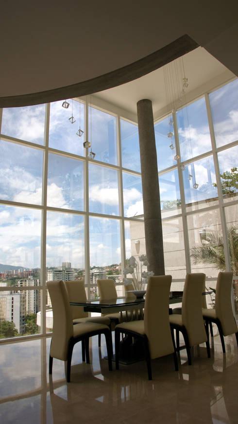 Comedor en doble altura.: Comedores de estilo moderno por OMAR SEIJAS, ARQUITECTO