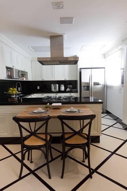 Cozinha com Sala de Almoço: Cozinhas clássicas por Piloni Arquitetura