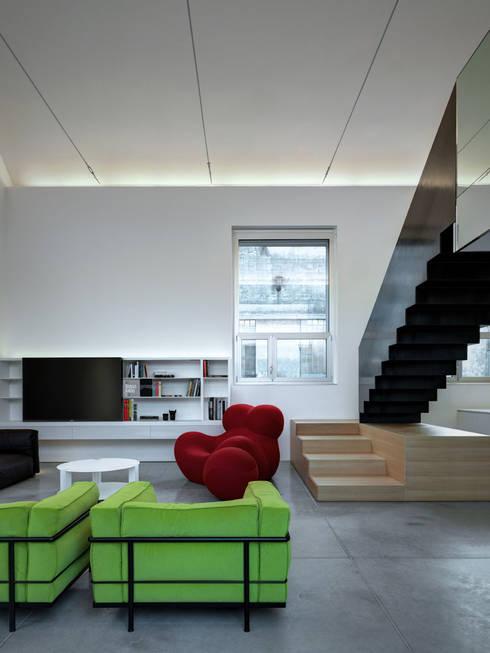 Loft PAR: Soggiorno in stile in stile Minimalista di Buratti Architetti