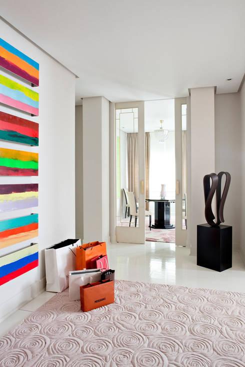 Pasillos y recibidores de estilo  por IN DESIGN Studio
