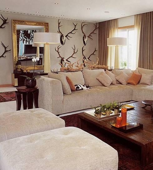 MORADIA SARILHOS GRANDES: Salas de estar clássicas por Artica by CSS