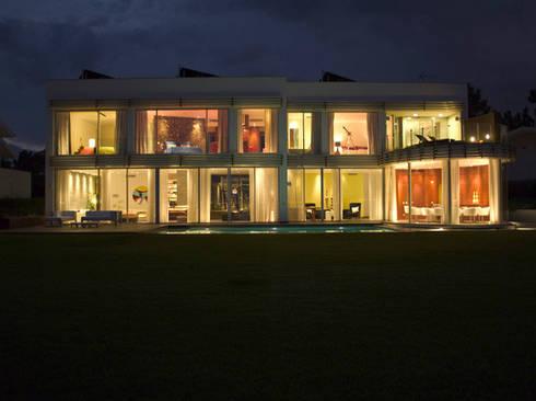 MORADIA TRÓIA: Casas modernas por Artica by CSS