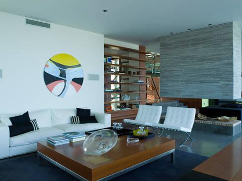 MORADIA TRÓIA: Salas de estar modernas por Artica by CSS