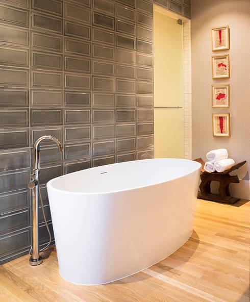 Banheiro em Sausalito: Casas de banho modernas por Antonio Martins Interior Design Inc