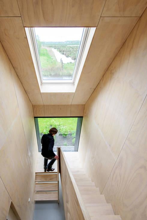 Projekty,  Korytarz, przedpokój zaprojektowane przez Kwint architecten