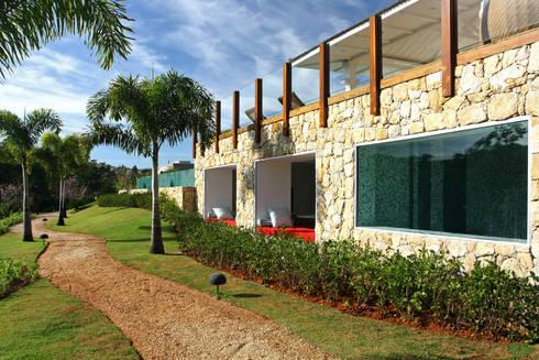 Vista externa Spa.: Jardim  por Célia Orlandi por Ato em Arte