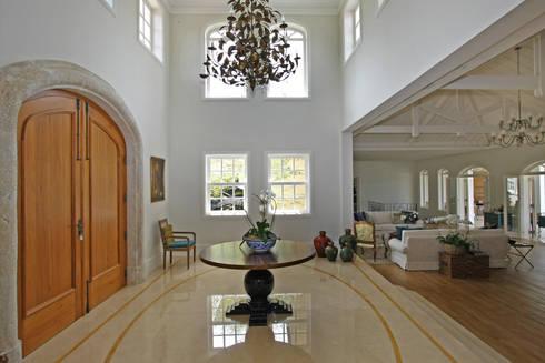 Hall de Entrada Living: Casa  por Célia Orlandi por Ato em Arte