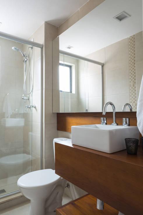 Apartamento Jovem Empresário: Banheiro  por Stefani Arquitetura