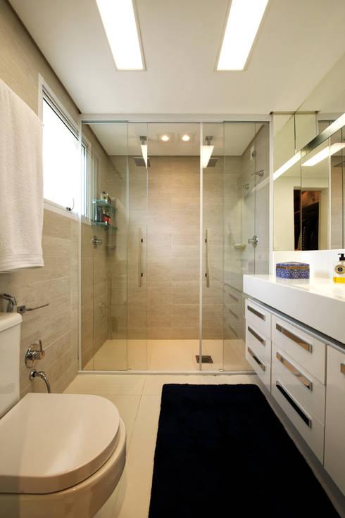 Banheiro Suíte Principal: Banheiros modernos por Régua Arquitetura