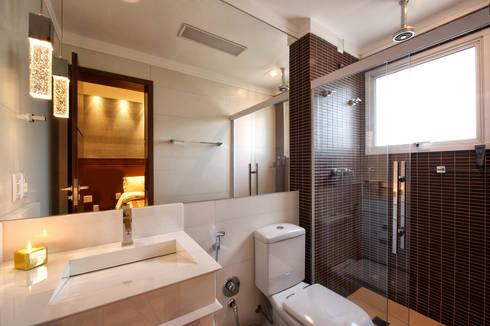 Banheiro Suíte: Banheiros modernos por Régua Arquitetura