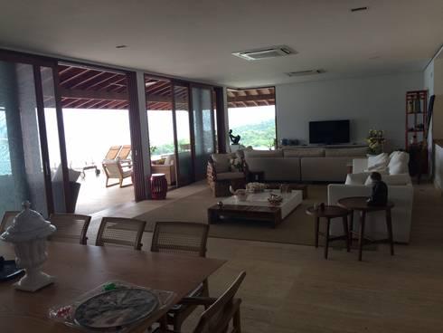 RESIDÊNCIA RM: Salas de estar rústicas por MADUEÑO ARQUITETURA & ENGENHARIA