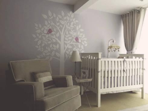Cuna y mecedora para cuarto de bebe: Recámaras para bebés de estilo  por CuboB Arquitectura de Interiores