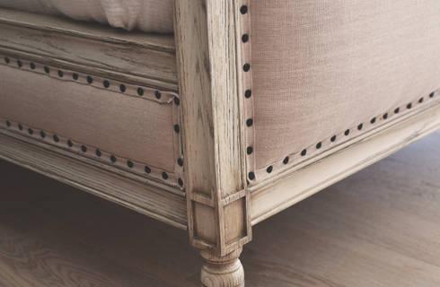 Detalle de cama: Recámaras de estilo clásico por CuboB Arquitectura de Interiores