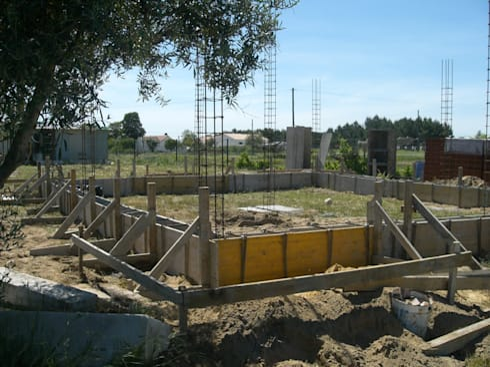 Implantação de pilares.: Casas campestres por knowhowtobuild