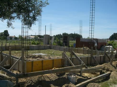 Execução de vigas de fundação.: Casas campestres por knowhowtobuild