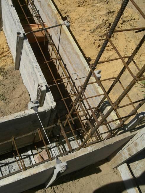 Apontamento de viga de fundação.: Casas campestres por knowhowtobuild