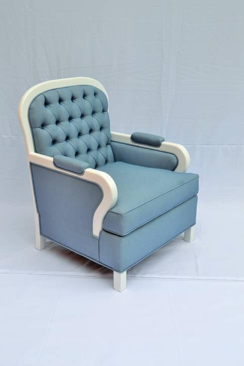 sillón capitonado: Salas de estilo ecléctico por fabrica de ideas