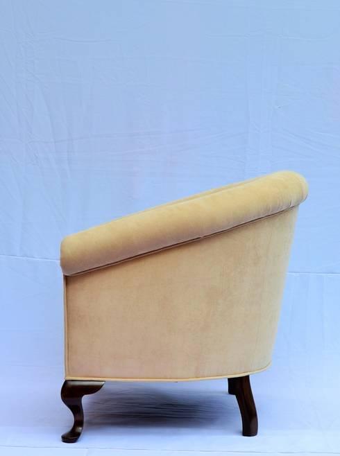 sillón curvo: Salas de estilo clásico por fabrica de ideas