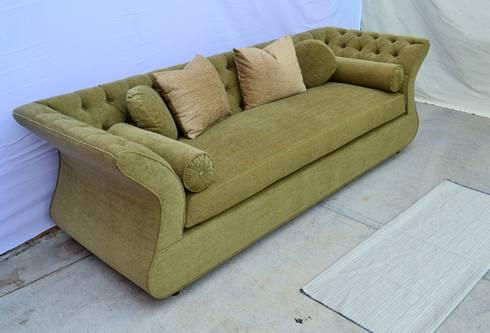 sofá capitonado: Salas de estilo ecléctico por fabrica de ideas