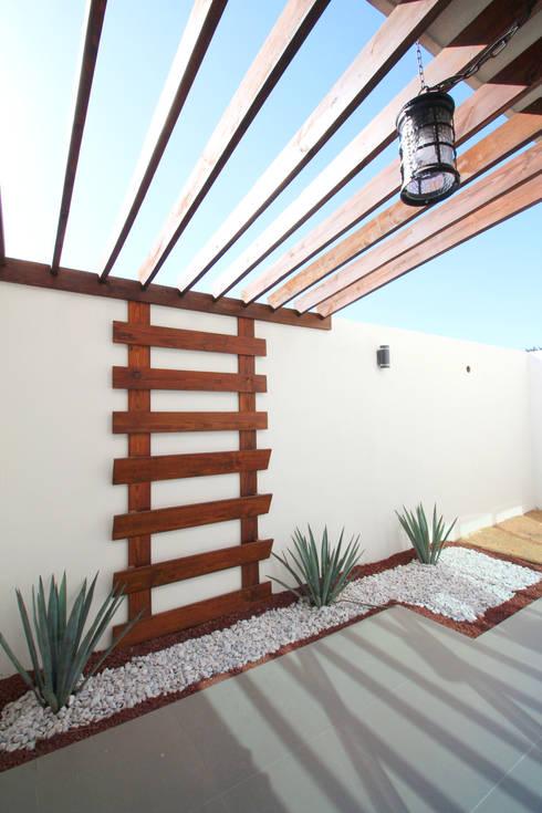Pérgola con contenedor para plantas.: Jardines de estilo industrial por D.I. Pilar Román